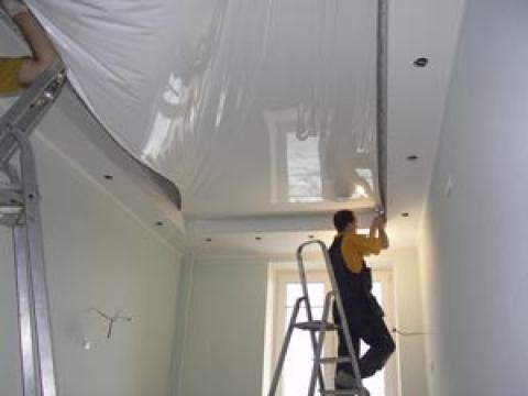 Как правильно красить потолок?